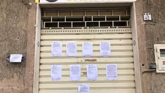 vandali in azione contro la sede della lega