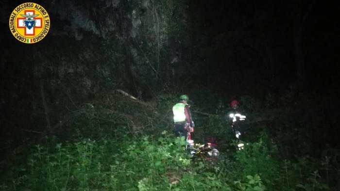 ciclista precipita in un burrone e muore
