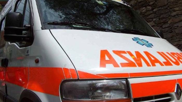 scontro tra auto due giovani in ospedale
