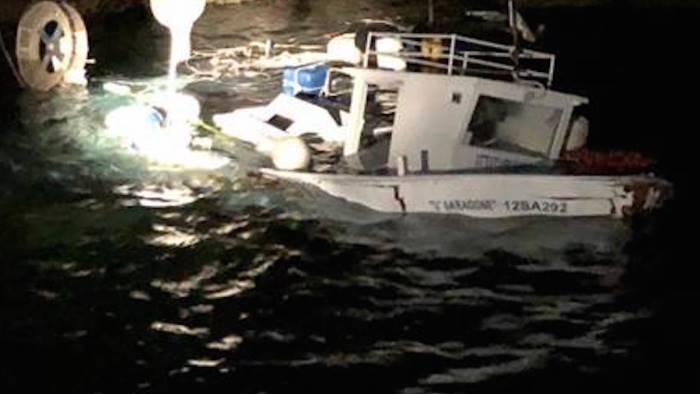 pescatore disperso in mare lo salva la guardia costiera