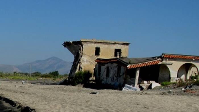 demolite le villette abusive sulla spiaggia a castel volturno