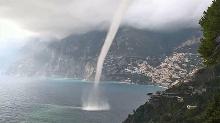 tromba d aria in costiera amalfitana turisti in fuga