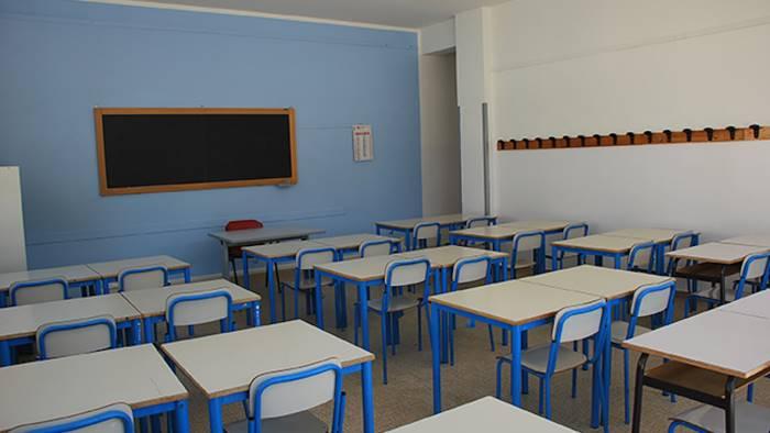 liquami invadono le classi chiude la scuola pirro