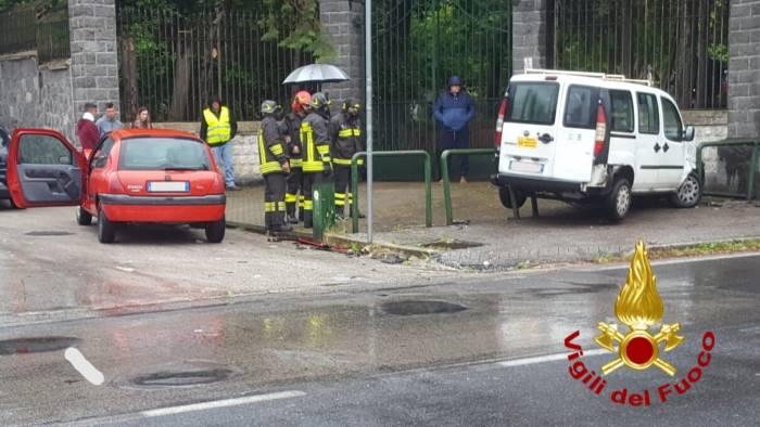 incidente a baiano due auto contro il muro della villa