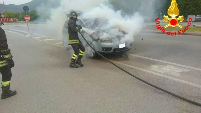 mercogliano auto in fiamme vigili del fuoco in azione