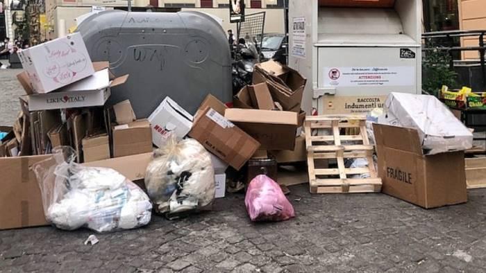 vomero piazza fuga tornano i cumuli di spazzatura