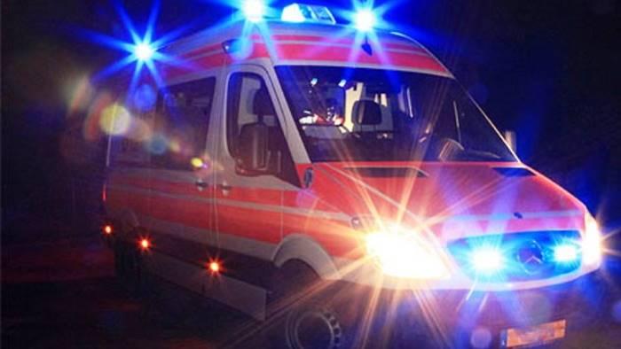 auto sbanda e finisce contro un muretto 3 feriti