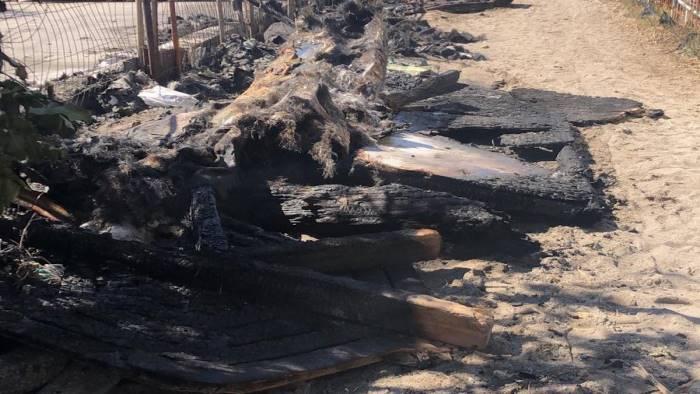 fiamme in spiaggia a vietri distrutti pedalo e canoe