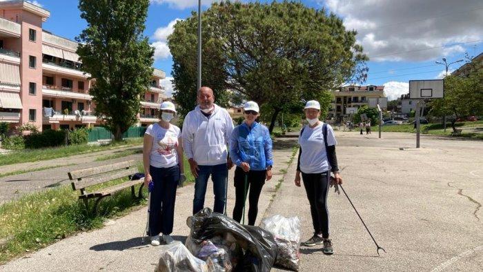 Volontari all'opera a Napoli per raccogliere i rifiuti - Ottopagine.it  Napoli