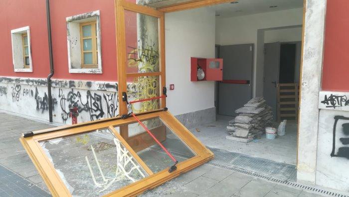 ex eliseo sfondata la porta ancora vandalismo ora basta