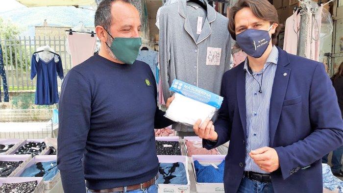 pagani comune e anva consegnano mascherine agli ambulanti