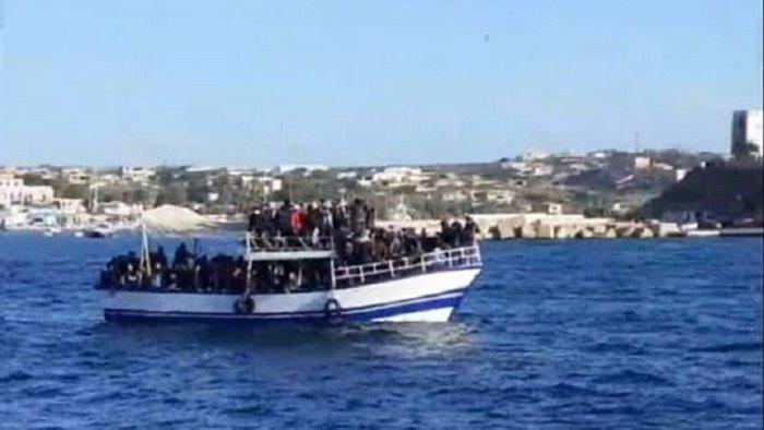 immigrazione nuovi sbarchi a lampedusa in 415 su due barconi