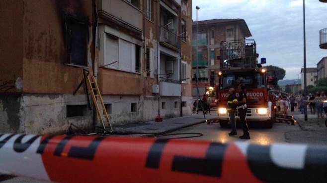fiamme al rione liberta evacuato un palazzo