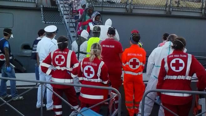 sbarco di migranti ne arrivano 522 al porto di salerno
