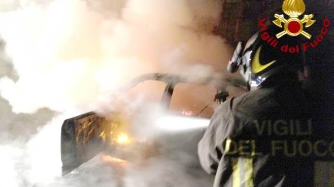 un auto distrutta dalle fiamme altre due danneggiate