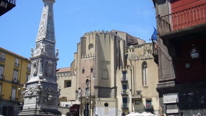 Napoli, bravata finisce in tragedia. Studente precipita da obelisco