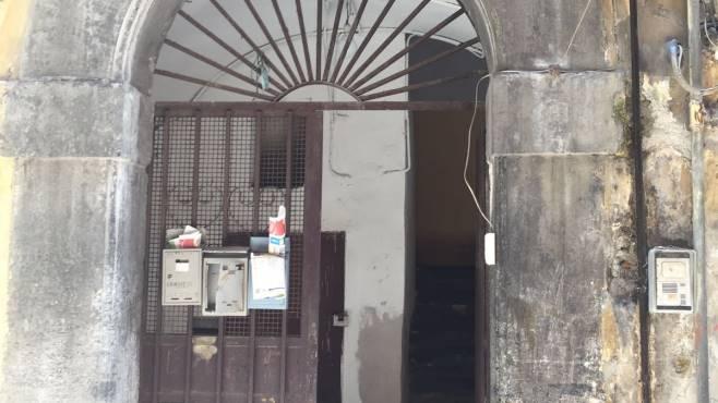 Fuga di gas in un palazzo a Napoli neonata salvata dai poliziotti