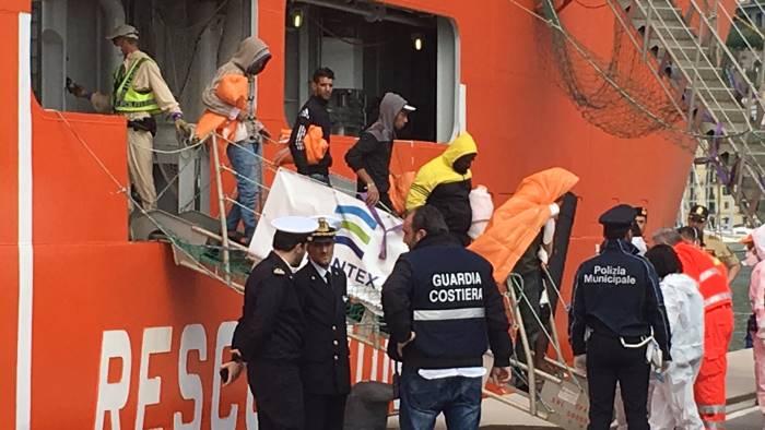 19esimo sbarco a salerno i migranti in arrivo in tarda serata