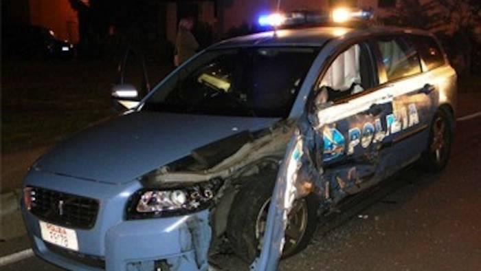 contromano sperona i poliziotti 2 agenti feriti arrestato
