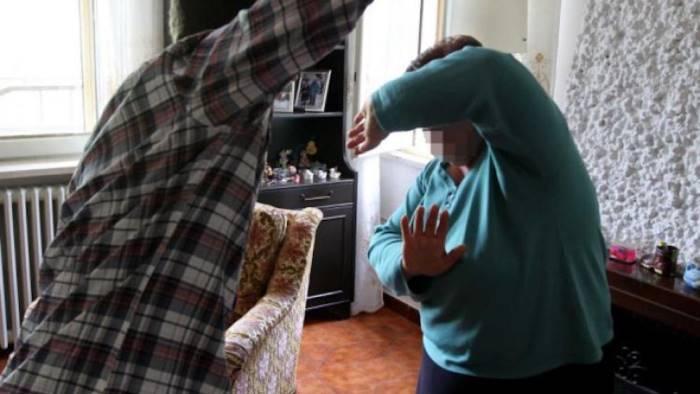 minaccia e picchia gli anziani genitori per 10 euro arrestato