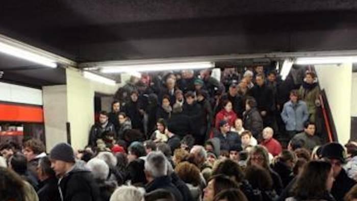 Panico sulla Metro:Uomo armato di coltello.Maxi ressa e feriti