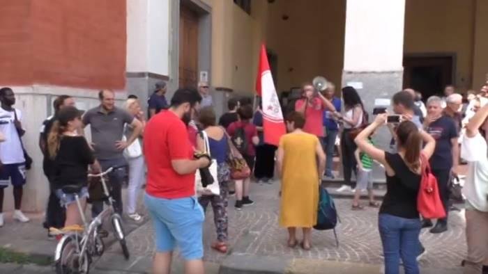 video zecche tensione tra manifestanti pro migranti e digos