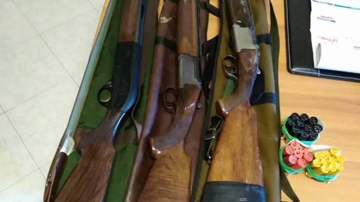 usa il fucile del padre morto per spaventare i vicini