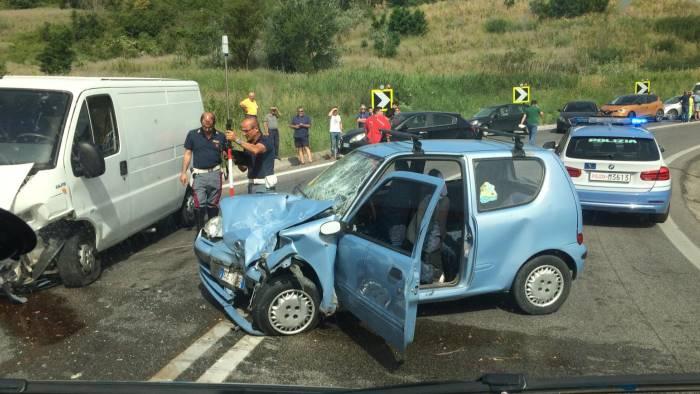 incidente stradale sull a2 muore un uomo grave la moglie