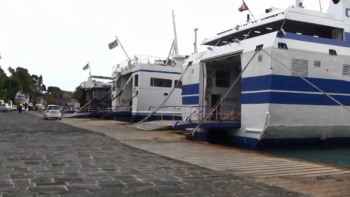 traghetto si arena nel porto di ischia nessun ferito