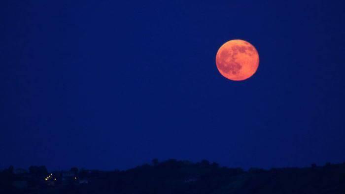 il cielo da spettacolo tutti a guardare la luna fragola