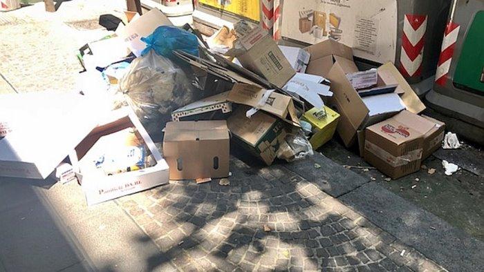 al vomero imballaggi abbandonati per strada in pieno giorno