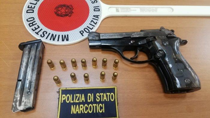 pistola in un cassetto nel bagno arrestato dalla mobile