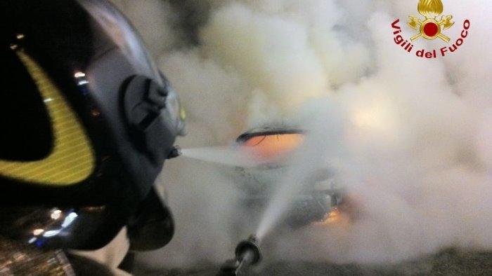 auto in fiamme sulla a16 paura per tre ragazzi sanniti