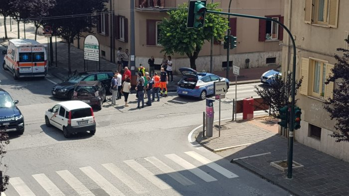 semafori spenti scontro fra auto all incrocio di via roma