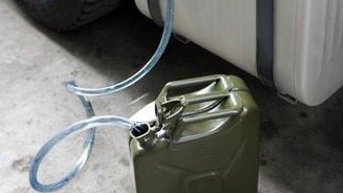 ruba gasolio da un camion arrestato