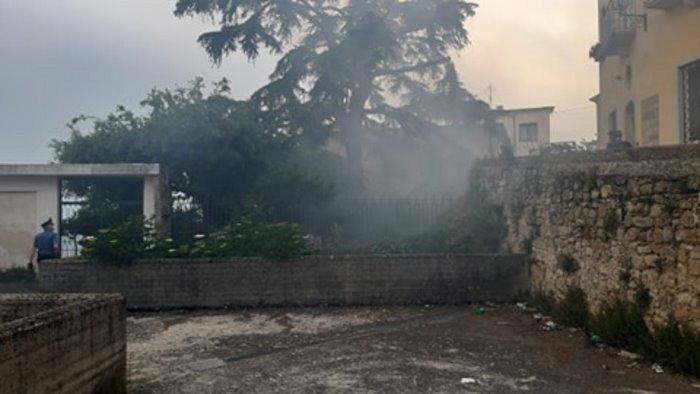 ariano brucia sterpaglie in un giardino sprigionando fumo in citta