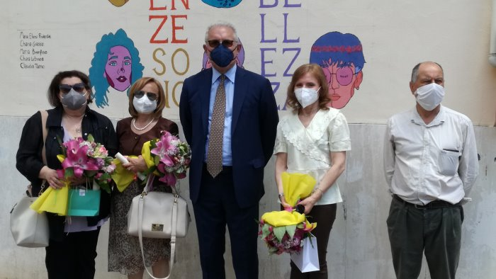 giannone salutano 4 docenti e il dirigente cerimonia nel cortil