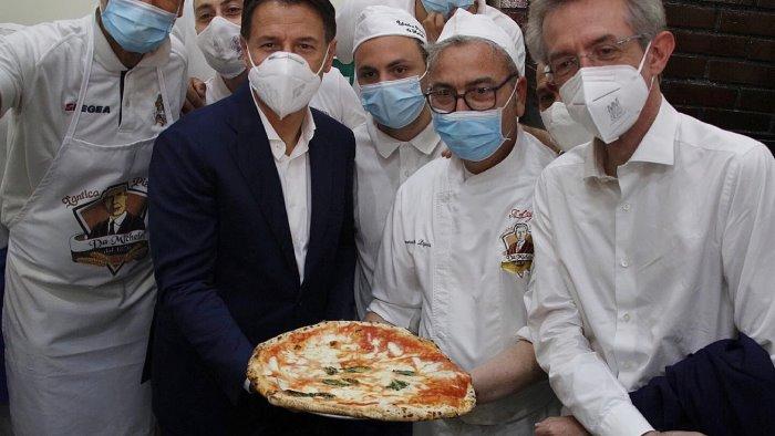 conte si puo passare da napoli senza fermarsi a mangiare una pizza