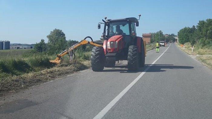 avviate le attivita di sfalcio dell erba lungo la statale 90 ad ariano
