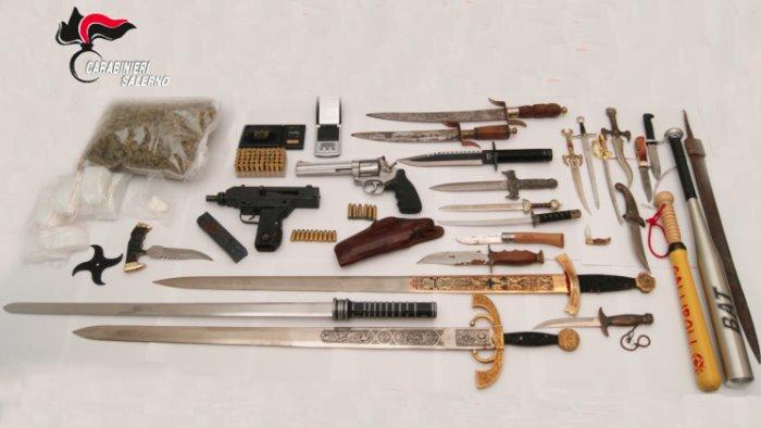 pistole mitragliatrice sciabola e droga arrestato 42enne di pagani