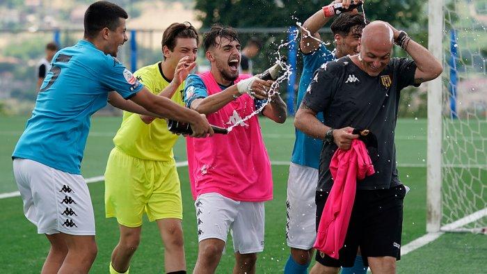 under 17 giallorossi scatenati dopo la vittoria le foto dei festeggiamenti