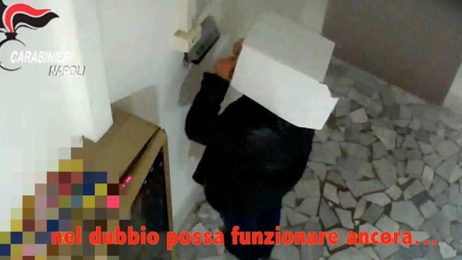 Furbetti del cartellino: 23 casi a Napoli. Scatola in testa per nascondersi