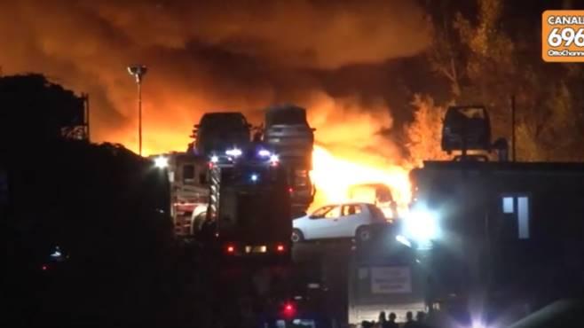 Incendio al deposito di auto: città avvolta dal fumo