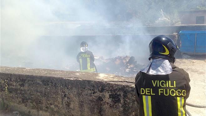 incendiati rifiuti nell isola ecologica del comune le foto