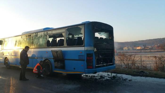 Autobus con ragazzi a bordo a fuoco in autostrada