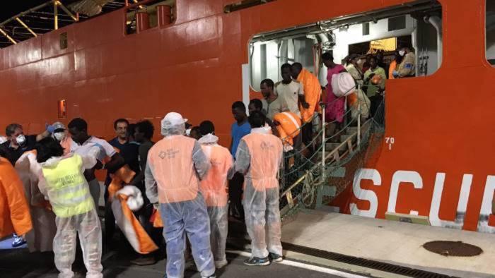 Sbarca la nave con 935 migranti: ci sono sette donne incinte