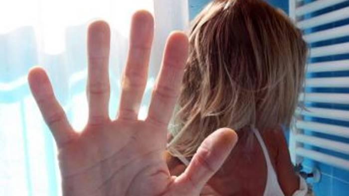 pedina e picchia l ex moglie 40enne di solofra ai domiciliari