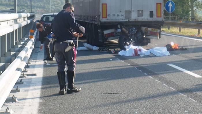 Potenza, incidente choc sull'autostrada: operaio travolto da tir. Feriti due colleghi