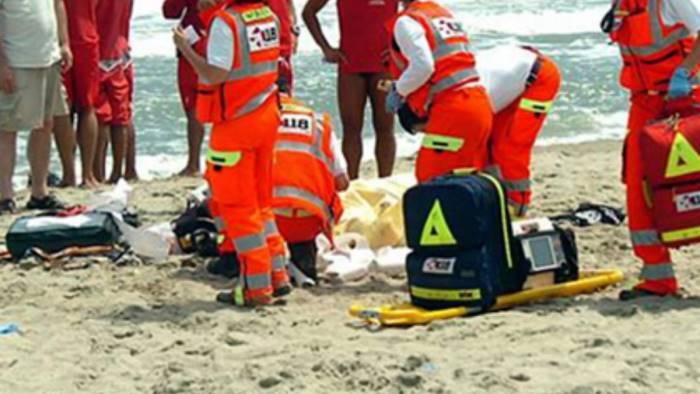 Tragedia in mare a Paestum, muore annegata per salvare due ragazzi