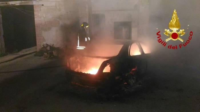 rogo a cervinara auto brucia nella notte le foto